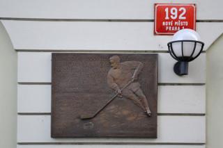 Pamětní deska na fasádě domu v Pštrossově ulici