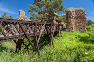 Dřevěný most pro vstup do hradu byl nově postaven přes někdejší obranný příkop.