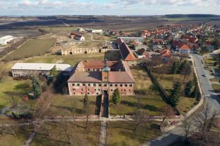 Pohled na zámek a část Kounic od západu