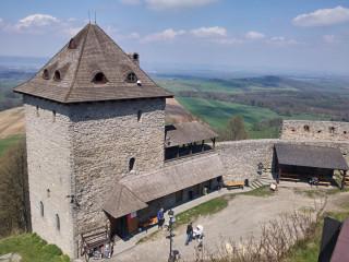 Hrad Starý Jičín se zrekonstruovanou věží, která slouží jako rozhledna.