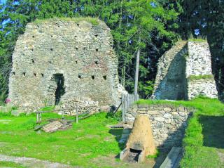 Zřícenina hradu Orlík (nádvoří)