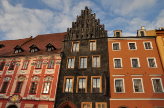 Řada chebských domů na východní straně náměstí, jejichž krovy jsou přístupné veřejnosti.