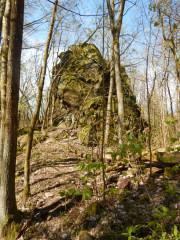 Na těchto buližníkových skalkách se tyčil hrad Drštka.