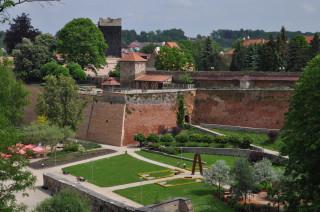Cheb – hrad s Černou věží při pohledu z altánu nad Krajinkou