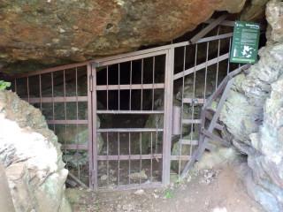 Zamřížovaný vstup do Loupežnické jeskyně v Solvayově lomu (Foto: ČSOP)