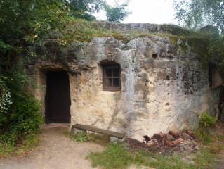 V nenápadném pahorku uprostřed Zderazi vyhloubili kdysi lidé podzemní obydlí. (Foto autor)