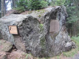 Replika původní vlčí desky a deska s českým překladem na skále u Zadní Doubice (foto: Václav Nič)