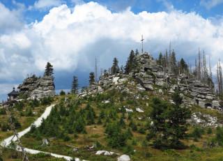 Vysokým kamenem (Hochstein) vrcholí žulová partie Třístoličníku.