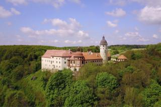 Rekonstrukce podoby zámku zasazená do reálné krajiny